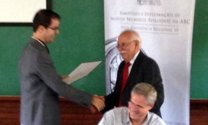Prof. Nemmen receiving the award from Prof. Adolpho José Melfi